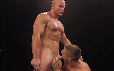 Hunky wrestlers Arny Donan and Roco Moric's post-match fuck in the ring