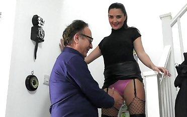 Teen beauty deals older man's penis like a charm